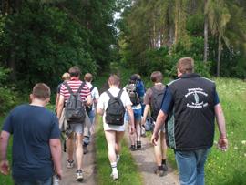 Später ging es dann auch über Wald- und Wiesenwege. Foto: JSG Lantershofen