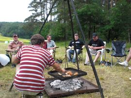 Männerfreundlich bei Bier und Grill verbrachte man den Tag. Foto: JSG Lantershofen