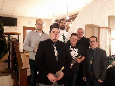 Das Siegerteam des Quiz, bestehend aus Robin Grießel, Majestät Benedikt Fabritius, Stefan Dünker, Manuel Efferz und Michael Huff, werden vom Hauptmann Johannes Schütz beglückwünscht. Foto: Tim Ley