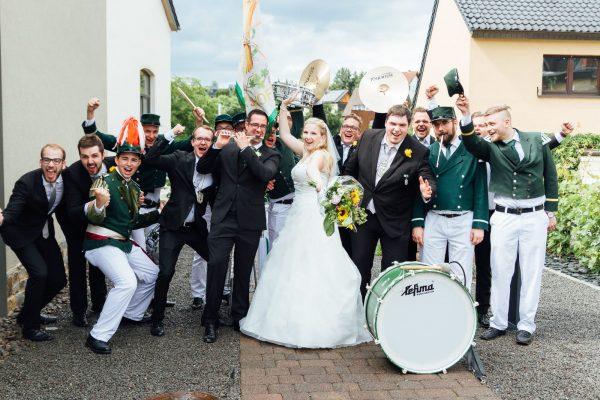 Gemeinsames Spaßbild mit dem Brautpaar. Foto: Cathy Kohlenberg