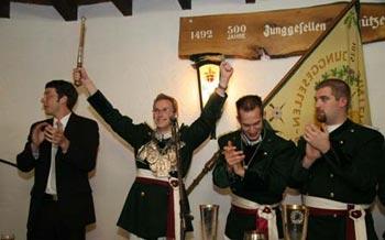 Thomas Hergarten freut sich über den gelungenen Schuss. Ex-Majestät Roman Kappen, Hauptmann Andreas Althammer und Fähnrich Stefan Dünker (von links) applaudieren mit den Festgästen. Foto: Eva Schaaf
