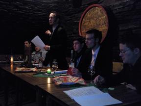 Der Vorstand beim Verlesen der Quizfragen. Foto: JSG Lantershofen