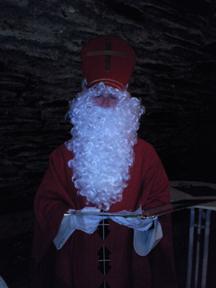 Auch der Nikolaus stattete der Weihanachtsfeier einen Besuch ab. Foto: JSG Lantershofen