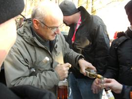 Der Vorsitzende der Bürgervereinigung, Erich Althammer, schenkt Spirituosen aus. Foto: JSG Lantershofen