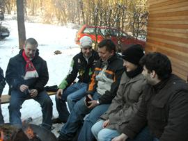 An der Lambertushütte, dem Ziel der Wanderung, ließ es sich am wärmenden Feuer gut aushalten. Foto: JSG Lantershofen