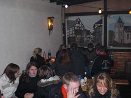 Wem es dennoch zu kalt war, der gesellte sich zu den anderen in der aufgewärmten Lambertushütte. Foto: JSG Lantershofen