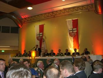Hauptmann der Junggsellenschützen aus Ahrweiler, Peter Ropertz, hält seine Rede auf dem Patronatsfest. Foto: JSG Ahrweiler