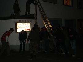 Bei Nacht zu später Stunde werden die Maibäume an die Häuser gestellt. Foto: JSG Lantershofen