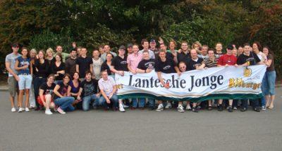 Mit Banner präsentierten sich die Mitreisenden. Foto: JSG Lantershofen