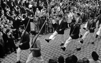 Stramm marschiert wurde schon bei der Parade an Kirmes 1959. Repro: Marianne Mombauer