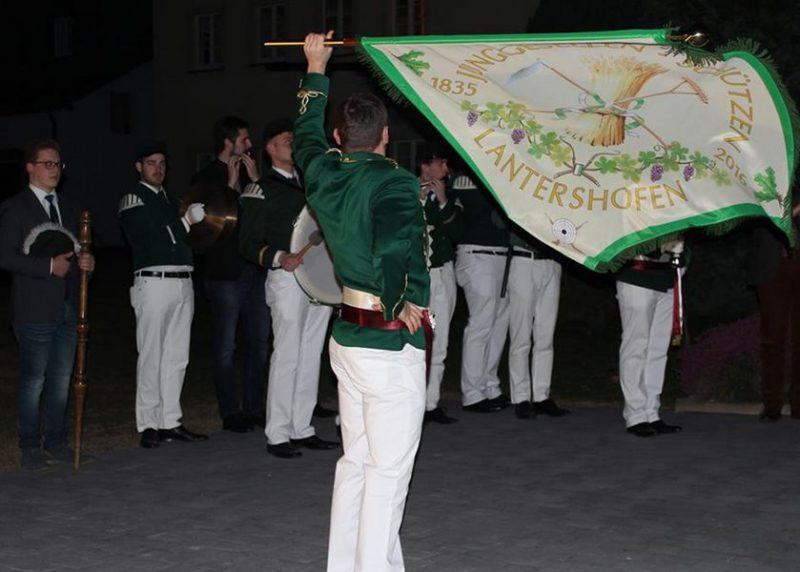 Fähnrich Matthias Schopp zeigt, dass sich auch an die neue Fahne bravourös schwenken lässt Foto: Dirk Unschuld