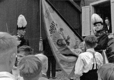 Dier erste Tragfahne der Gesellschaft auf einem Bild von 1947. Repro: Marianne Mombauer