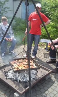 Tambourmajor Markus Simons beim Grillen von Steak und Wurst. Foto: JSG Lantershofen