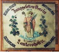 Die alte Tragfahne im Winzerverein nach der Restaurierung. Foto: Dirk Unschuld