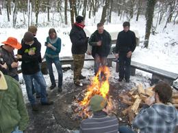Angekommen war der Platz am Feuer mit der Beliebteste. Foto: JSG Lantershofen