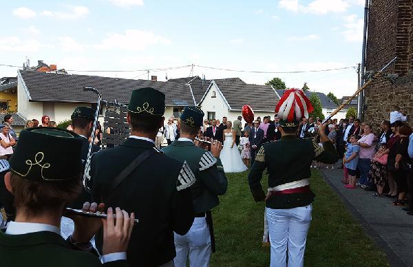 Das Tambourcorps spielt zu Ehren des Brautpaares. Foto: Robin Grießel