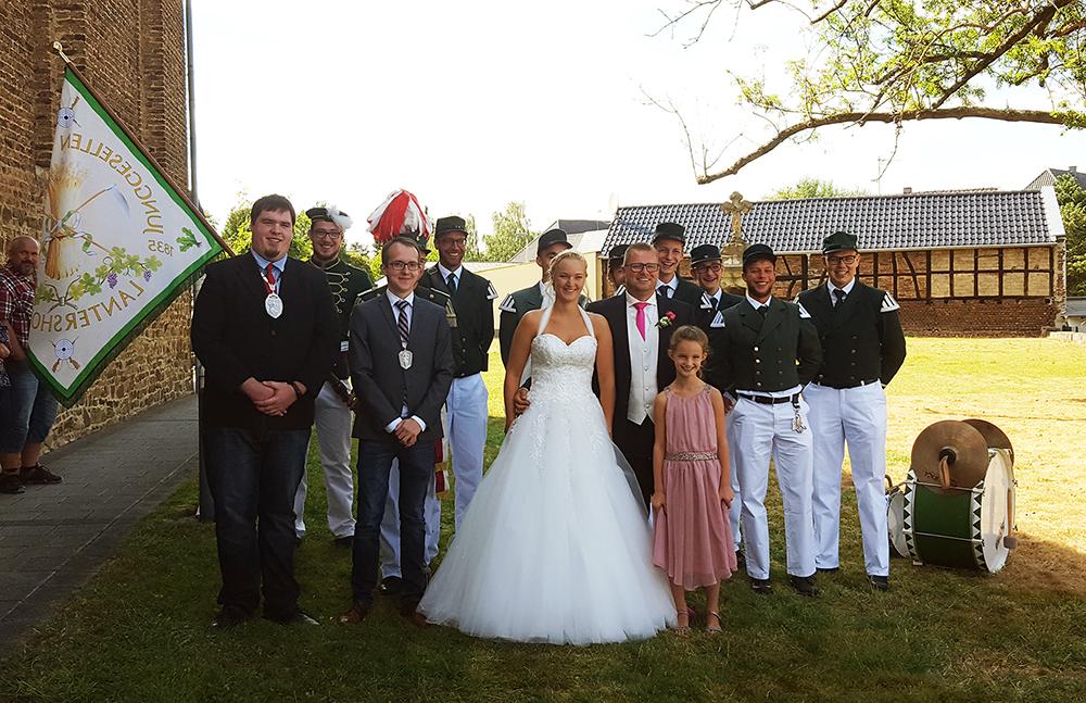 Gemeinsames Gruppenbild mit dem Brautpaar. Foto: Robin Grießel