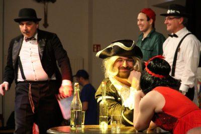 Beeindruckende Pantomime zaubern die örtlichen Kräfte Dany Celner (r.) und Lefti Salomidis (l.) auch unter Einbindung von Stefan Dünker als Liebhaber, der schließlich durch einen Schuss dem gehörnten Ehemann zum Opfer fällt. Foto: Thomas Schaaf