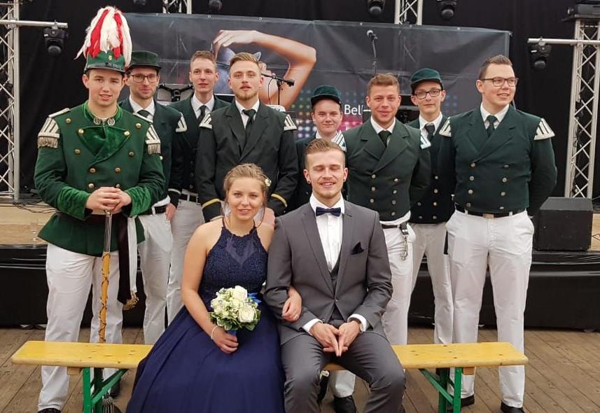 Das Maikönigspaar mit einem Teil der Spielleute. Foto: JSG Lantershofen