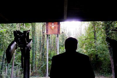 Noch-König Benedikt Fabritius blickt voller Erinnerung auf den Königsvogel seines Nachfolgers. Foto: Robin Grießel