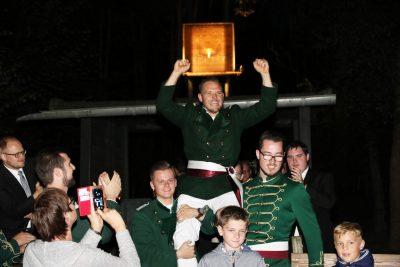 Schützenkönig Matthias Schopp freut sich sichtlich über seinen Erfolg. Foto: Thomas Schaaf