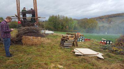 Am Feuerplatz angekommen gilt es dann die Schanzen nach oben zu stapeln. Foto: JSG Lantershofen