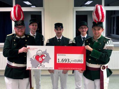 Übergabe des Spendenchecks an Spielleute des Tambourcorps, 1. Offizier Tim Ley und Tambourmajor Nils Henscheid. Foto: JSG Lantershofen