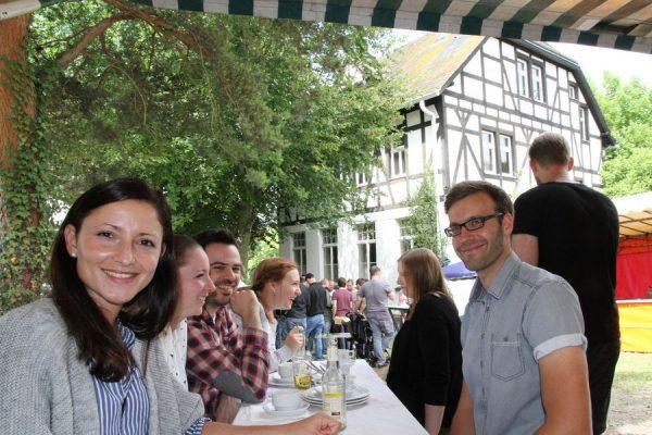 Im Bereich des ehemaligen Schulhofs der Alten Schule lässt es sich fröhlich feiern. Foto: Thomas Schaaf