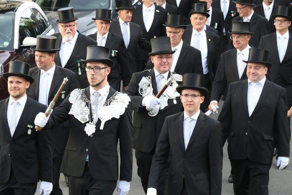 Häufig konnten Bewohner und Gäste den Festzug durch das Dorf marschieren sehen. Foto: Thomas Schaaf