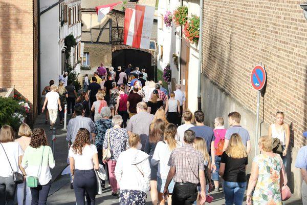 Zum Winzerverein folgen diesem dann auch die vielen Zuschauer. Foto: Thomas Schaaf