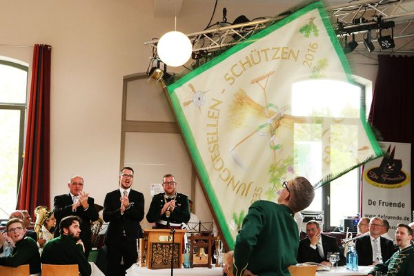 Die Begeisterung für den neuen kommissarischen Fähnrich der Schwenkfahne Martin Goldbach ist allen Anwesenden anzusehen. Foto: Thomas Schaaf