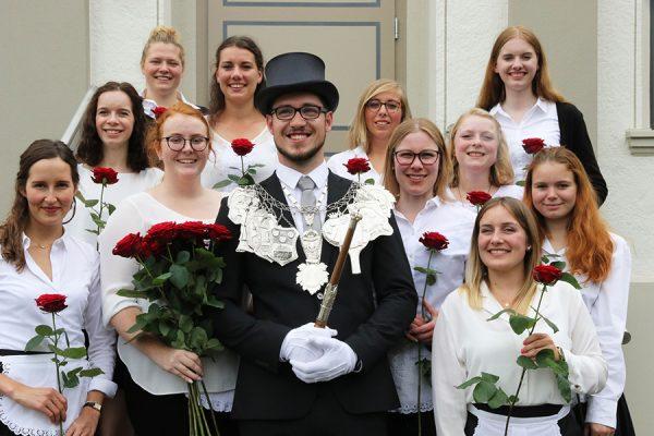 """Majestät Markus Fabritius fühlt sich sichtlich wohl in Mitten """"seiner"""" Brötchesmädchen. Foto: Thomas Schaaf"""