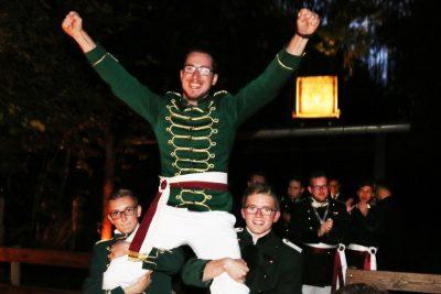 Der jubelnde Sieger Markus Fabritius wird aus dem Schießstand getragen. Foto: Thomas Schaaf