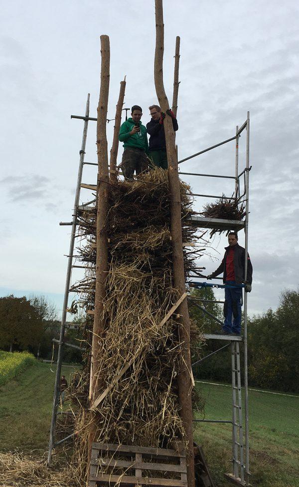 Mithilfe eines Gerüsts werden die Holzschanzen nach oben transportiert und dann ins Feuerholz eingearbeitet. Foto: JSG