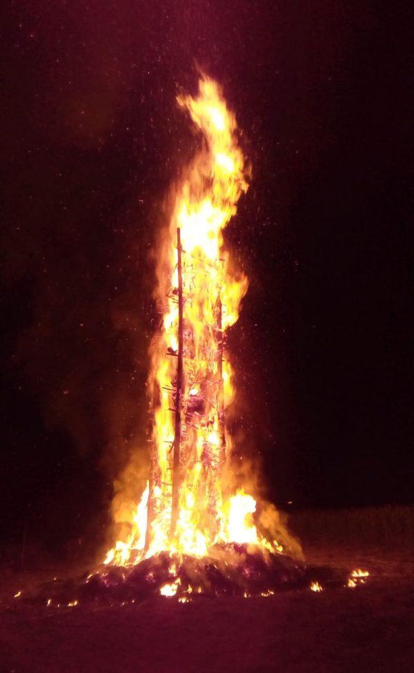Das Feuer brennt und erleuchtet den Nachthimmel. Foto: JSG
