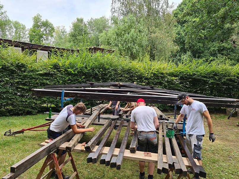 Abgeschliffen und neu gestrichen: Damit das große Holzzelt noch lange erhalten bleibt. Foto: Nils Henscheid