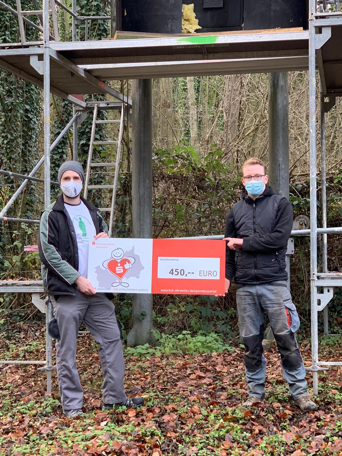 Hauptmann Marco Böhm und 1. Offizier Christian Herz freuen sich über den Spendenscheck. Foto: Klaus Kuttig