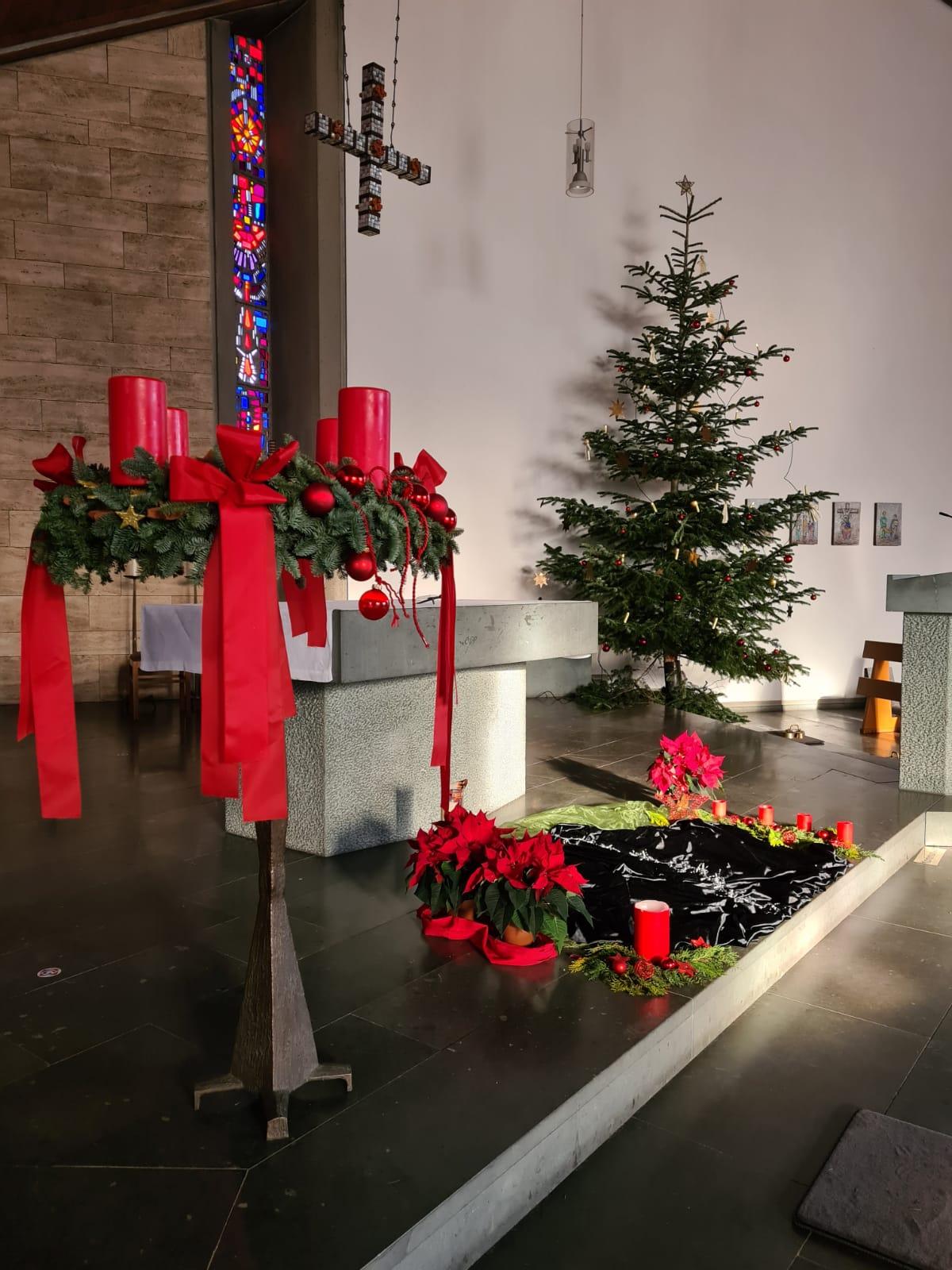 Blick auf Adventskranz, Altar und Weihnachtsbaum. Foto: Nils Henscheid