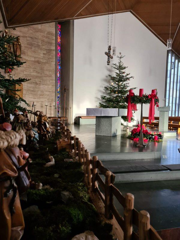 Auch im Pandemiejahr 2020 gibt es Konstanten. So schmücken Krippe und Weihnachtsbaum die Lantershofener Kirche. Foto: Nils Henscheid