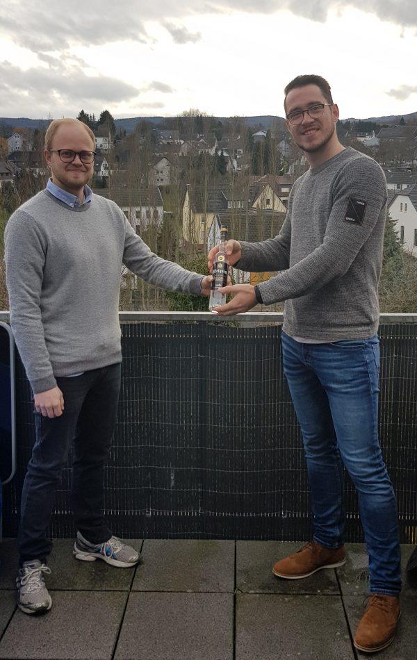 Für Robin Grießel als Sieger des Quiz gab es eine Flasche Eifelgeist. Foto: Marco Böhm