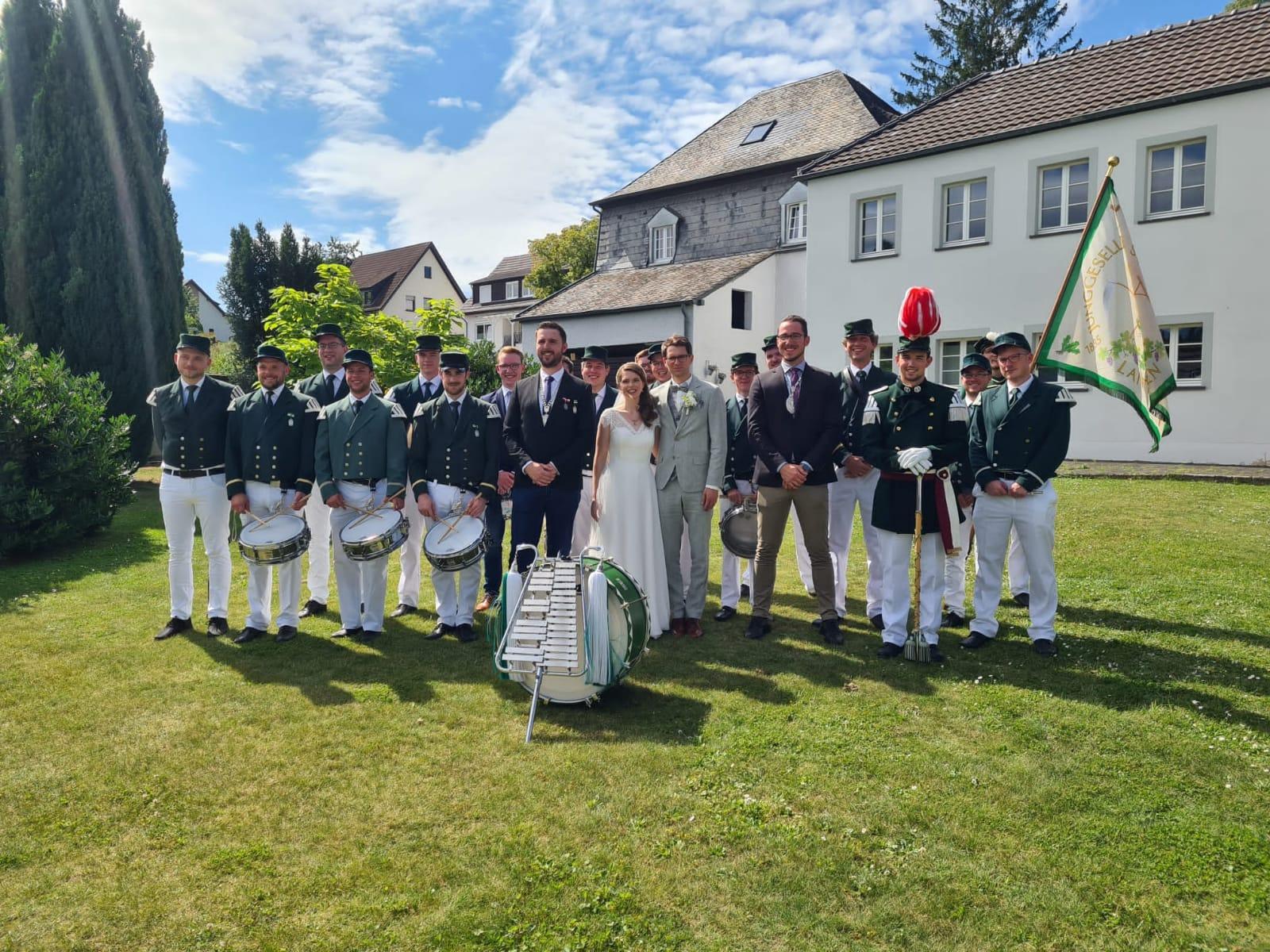 Das Brautpaar Lypken zusammen mit Vorstand und Tambourcorps.