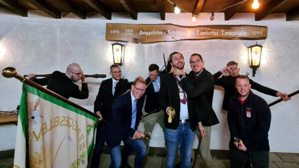 Spaß nach dem offiziellem Bild ist dann beim Vorstand angesagt. Foto: Robin Grießel